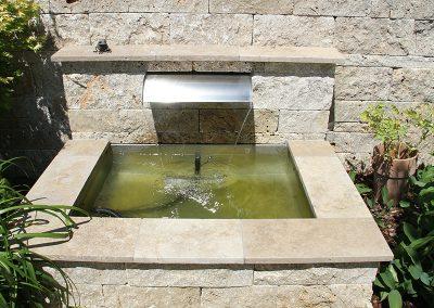 Brunnen mit Travertin Mauersteinen