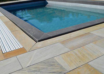 Poolumrandung mit Quarzit Bodenplatten