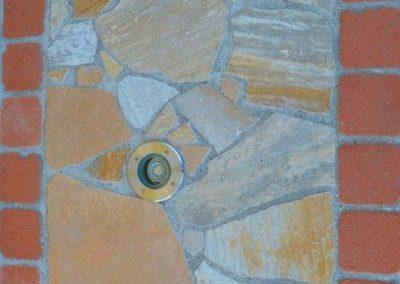 Quarzit Polygonalplatten mit Klinkereinfassung